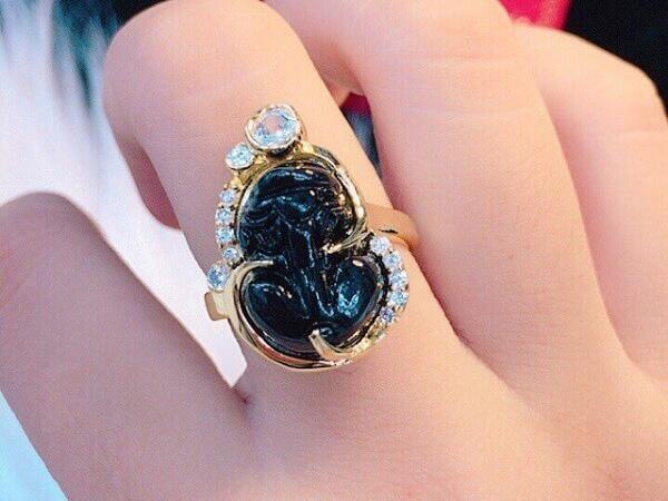 Cách đeo nhẫn tỳ hưu phong thủy đúng cách mà bạn chưa biết.