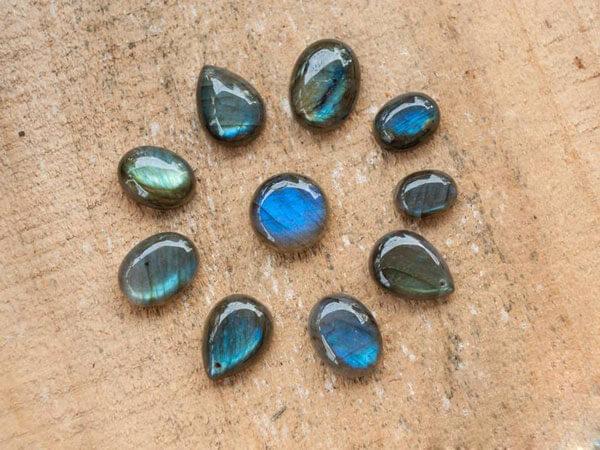 ĐÁ XÀ CỪ LABRADORITE - Tổng quan ý nghĩa tác dụng của đá Hắc Nguyệt Quang trong phong thủy